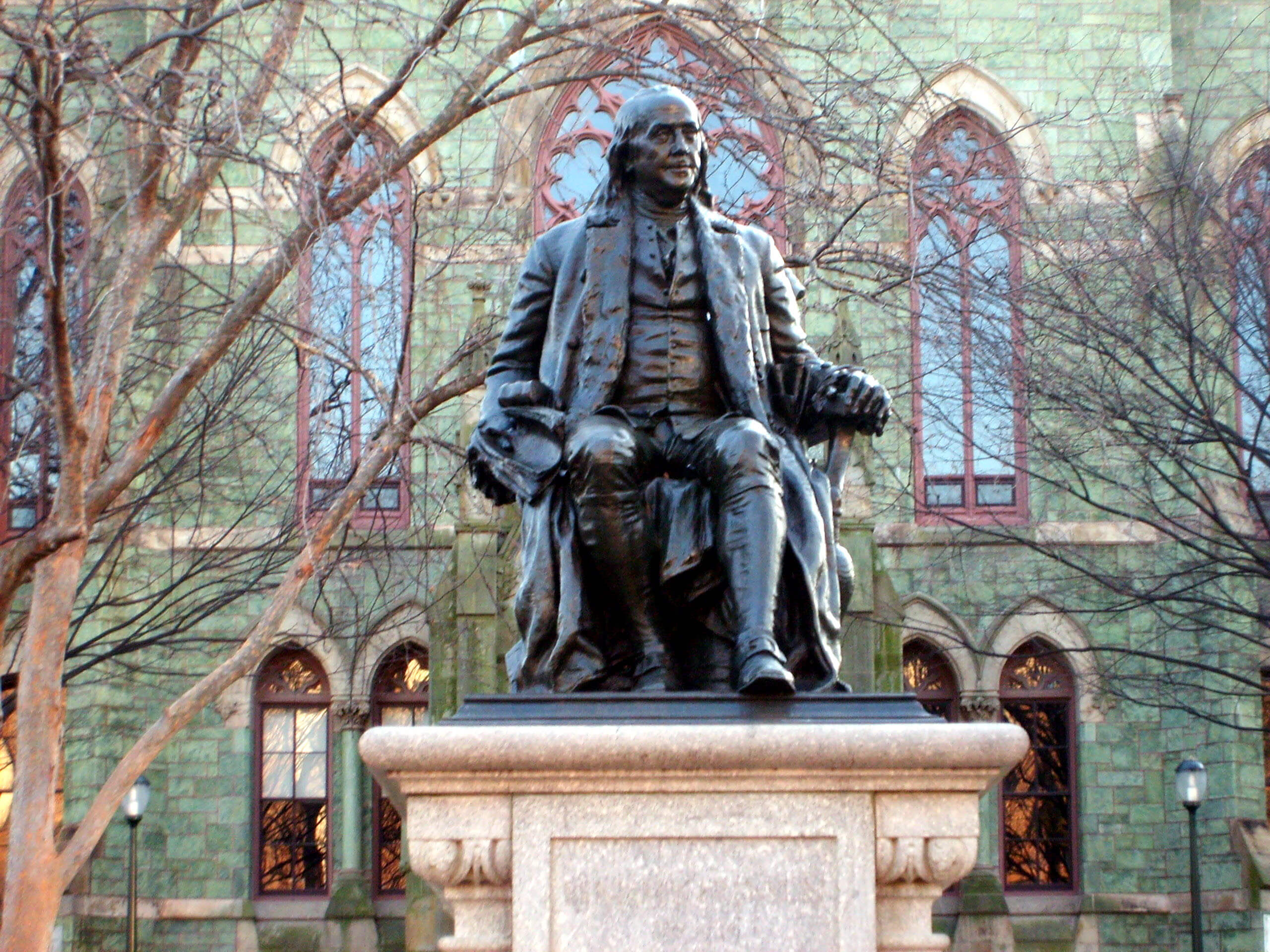 Benjamin_Franklin_statue_in_front_of_College_Hall